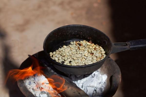 Kaffeebohnen-roesten-in-Aethiopien